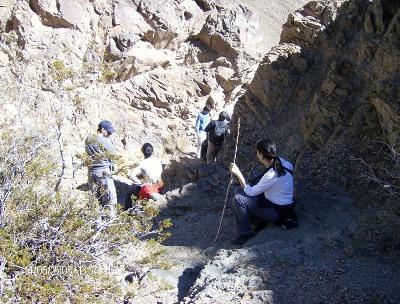 Haciendo trabajo de campo (imagen procedente de ffha.unsj.edu.ar)