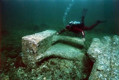 Un submarinista midiendo las ruinas de Herakleion, bahía de Aboukir, Alejandría (Foto de Cristoph Gerigk, procedente de ancientegyptmagazine.com).