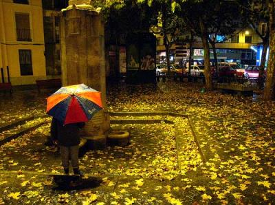 Bajo la lluvia (Plaza del Caño Argales, de Valladolid. Foto de Leanmar 1, cargada el 6 de diciembre de 2007 en flickr.com/photos/ali_gonzalez/2097618284)