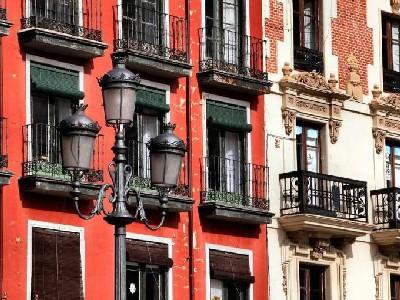 Dos fachadas de la Plaza Mayor de Valladolid, en tonos rojos (foto procedente de yralim.blogspot.com)