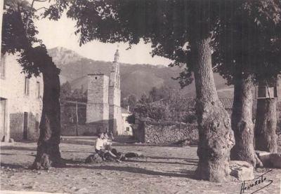 Plaza de los negrillos en Vegamian, León (foto antigua, firmada por Honorato, procedente de vegamian.net)