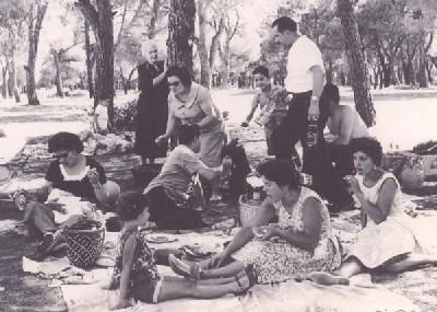 En la Casa de Campo comiendo tortilla, 1962. Imagen donada por Encarnación Cuadrado García al Museo Virtual de Viejas Fotos; 20minutos.es.
