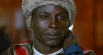 Farah (Malick Bowens) le dice a la baronesa Blixen, en la despedida: Tú eres Karen (Fotograma de Memorias de África, Sydney Pollack, 1985, procedente de bsospirit.com)